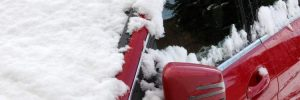 Auto ricoperta di neve