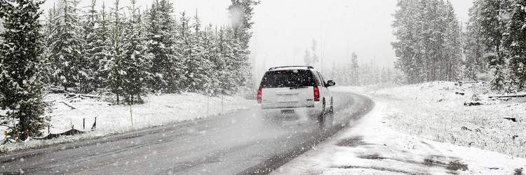 Auto su strada con neve